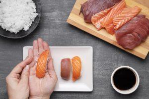 Montage des sushis à la main chez le traiteur asiatique Veng Hour