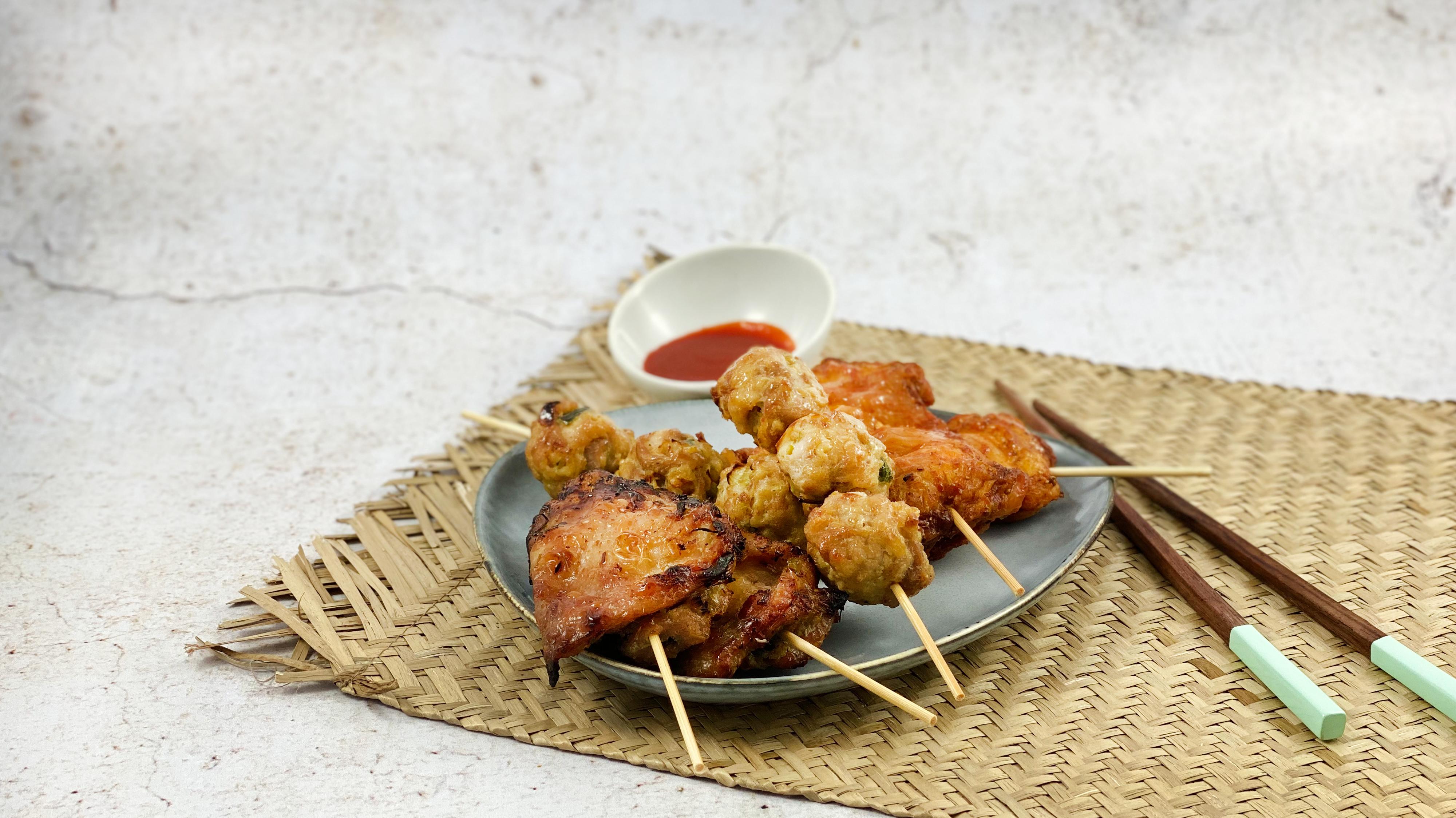 Nouvelles brochettes (Siam, Boulettes poulet et Poule épices)  développées pour les 45 ans du groupe Veng Hour